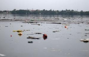 Lixo no rio, próximo ao Jardim Casqueiro, em Cubatão