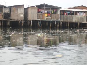 Moradias irregulares em palafitas na região