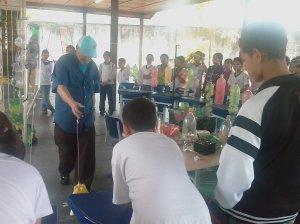 Instrutores mostram como reaproveitar materiais que iriam para o lixo